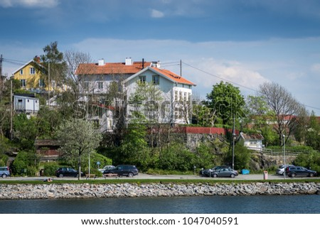 On the northern side of river Göta älv by Lindholmen you find Slottsberget (castle mountain) with beautiful old houses that have a wonderful view of the harbour in Gothenberg 05/10/16