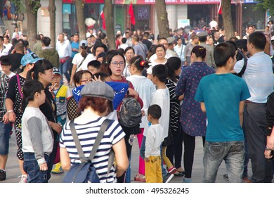 "On October 2, 2016, xi 'an wild goose pagoda scenic tourists a long line. Since China's National Day long vacation, xi 'an major attractions are basically ""people mountain people sea""."