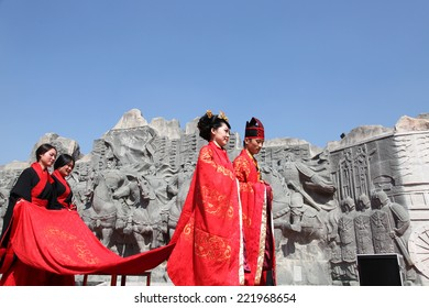 """On October 5, 2014, China xi 'an lake in Seoul, Seoul wall ruins embossment square, visitors are looking at a """"wedding"""" han dynasty through one thousand. Visitors feel the charm of Chinese han culture"""