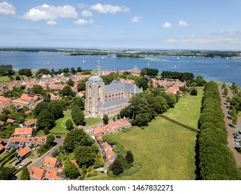 The once mighty Veere is now a beautiful tourist town on the Veerse Meer lake. Where richly laden ships from Scotland once moored, pleasure yachts now bob in the harbours.