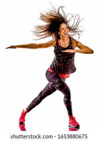 une femme africaine mixte mature dansante cardio-dansante exercices de fitness en studio isolée sur fond blanc