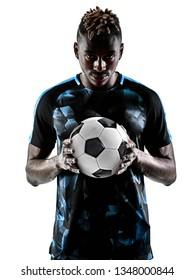 un joueur de football africain jouant en studio isolé sur fond blanc