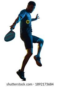 une silhouette d'ombre d'un homme mature caucasien Paddle Padel, joueur de tennis, en studio isolé sur fond blanc
