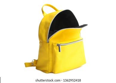 Un élégant sac à dos ouvert jaune vif isolé sur fond blanc. Concept school, accessoire.
