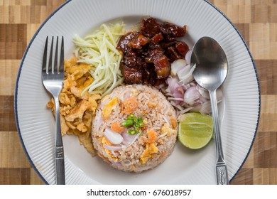 One of Thai food that very easy to eat in Thailand is fried rice with shrimp paste It is consist of many ingredient such as pork, mango and red onion