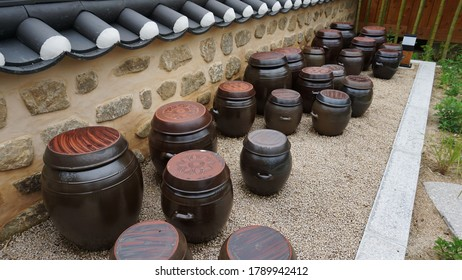 "Onggi (long-term) is a domestic earthware widely used as a Korean tableware, korea is widely used as a table ware as well as storage containers. ""Jangdog Dae"" is a species of Korean earthily zhangdok."