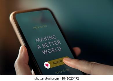 Online-Spende, Freiwillige und Wohltätigkeitskonzept. Frauen Spenden über das Internet auf dem Handy. Nahaufnahme