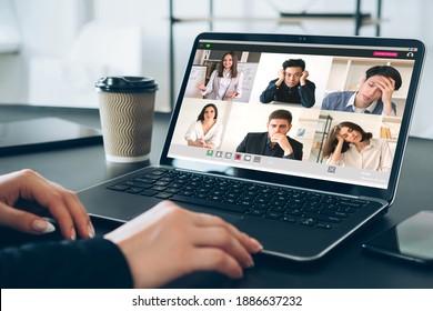 Online-Bildung. Fernunterricht. Video-Chat. Virtuelle Klasse. Pandemie WFH. Die Gruppe der müden, multiethnischen Studierenden, die weiblichen Lehrerunterricht auf dem Laptop anhören, hat eine Gruppe von müden, vielfältigen, multiethnischen Studenten.