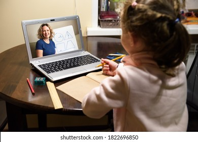 Online-Unterricht zu Hause, unterrichtet Vorschulkinder während der Quarantäne aufgrund von Coronavirus. Lernen mit dem Lehrer mit dem Laptop. Konzept des virtuellen Fernunterrichts und der eLearning-Technologie.