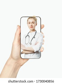 Le concept de médecine en ligne et de soins de santé. Une femme médecin amie consulte le patient lors d'un appel vidéo pendant son séjour à la maison