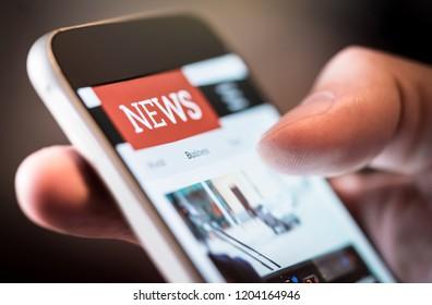 Notizie online sul telefono cellulare. Primo piano dello schermo dello smartphone. Uomo che legge articoli in applicazione. Dispositivo intelligente per tenere la mano. Sito web di Mockup. Giornale e portale su internet.