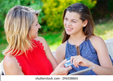 online purchase mother and daughter with tablet