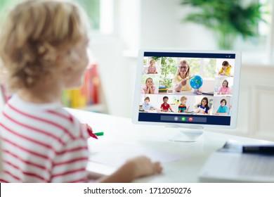 Online-Fernunterricht. Schulkinder mit Computer, die Videokonferenz-Chat mit Lehrer und Klassengruppe. Kind, das von zu Hause aus lernt. Unterricht während der Quarantäne und des Ausbruchs des Coronavirus.