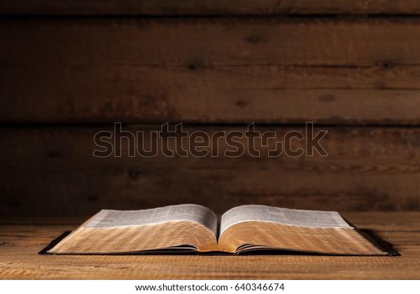 Biblia Abierta En El Escritorio Foto De Stock Editar Ahora 640346674