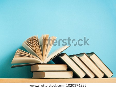 open book on stack books on の写真素材 今すぐ編集 1020396223