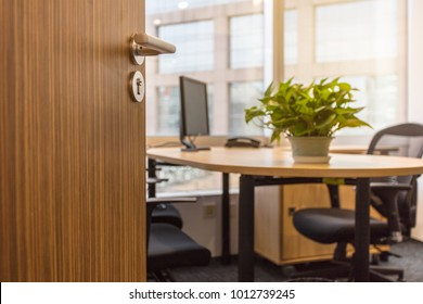 Open the boss's office door, the boss is not in the seat