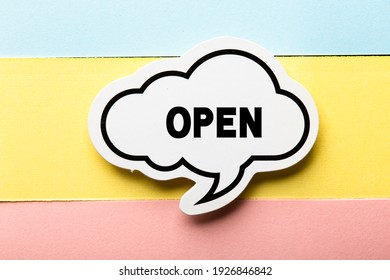 Open Concept ist einzeln auf gelbem Hintergrund.