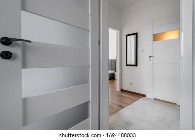 Abierto de puertas y pasillo en un moderno apartamento
