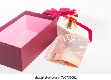 Open gift box with Serbian money in front, folded 1000 bill