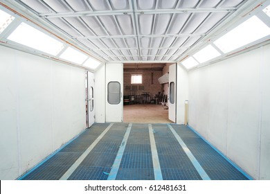 Open painting camera in a car repair station