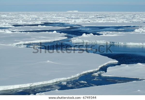 Pasaje abierto en hielo de envase