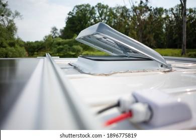 Offene Dachschraffur auf einem Wohnwagen