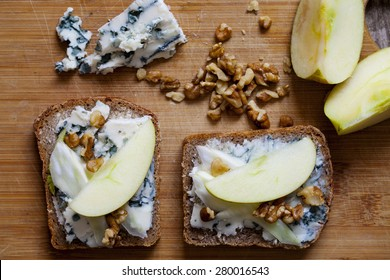 Open sandwiches with blue cheese, walnut and apple