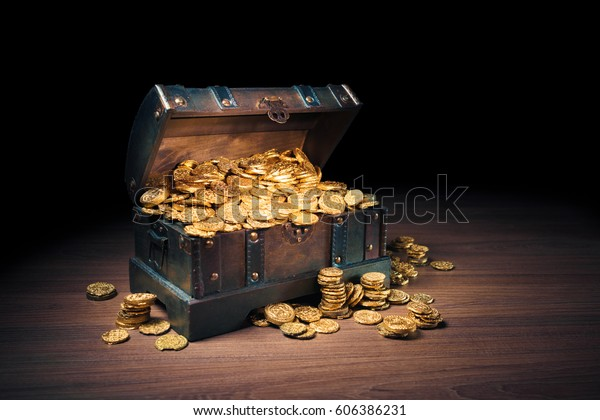 Offene Schatztruhe mit Goldmünzen / HIgh-Kontrastbild