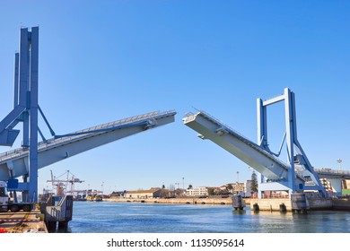Opening of drawbridge in Porto