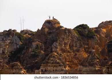 Operiert eine Drohne in einer Klippe, Lagos, Algarve, Portugal.