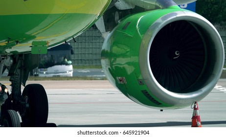 Operating turbine engine of an aircraft at the airport