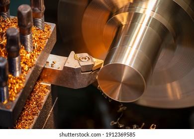Die Bedienung der Maschine, die die Messingwellen mit den Schneidwerkzeugen schneidet. Die Metallbearbeitung durch Drehen der Maschine.