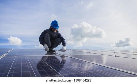 Betrieb und Instandhaltung von Solarkraftwerken; Ingenieursteam, das sich mit der Überprüfung und Wartung von Solarkraftwerk, Solarkraftwerk bis hin zur Innovation von grüner Energie für Leben beschäftigt