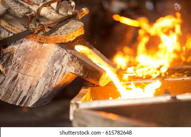 Betreiber, die geschmolzenes Metall in der Gießerei eingießen, Elektroschmelzen, Herstellung von hochpräzisen Gussteilen
