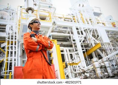 Anlagenbetreiber, der die Erdöl- und Erdgasverarbeitung in Erdöl- und Bohranlagen, Offshore-Erdöl- und -Erdgasindustrie, Offshore-Erdöl und -Bohrinseln im Meer erfasst, der Betreiber überwacht die Produktionsprozesse, die täglichen Routinetermine.