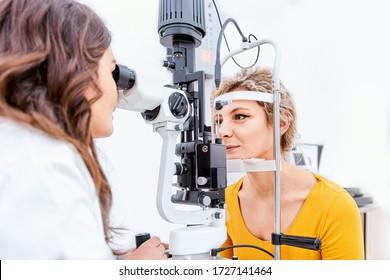 Ophthalmologe, der in der Augenklinik Slit die Augenuntersuchung durchführt