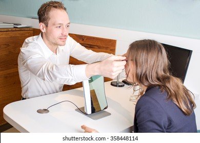 Optician customizes glasses