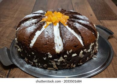 Orangefarbener Kuchen mit Schokolade und orangefarbenen Scheiben. Kilimanjaro-Kuchen