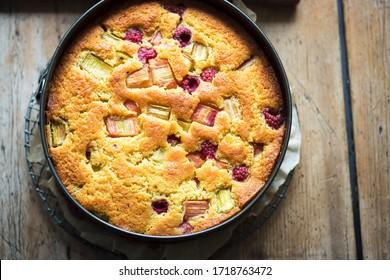 Gâteau d'orange aux framboises et à la rhubarbe