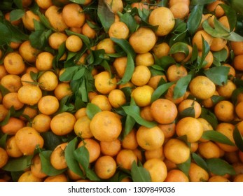 Orange fruits with leaves, close up photo of orange fruits and it's green leaves
