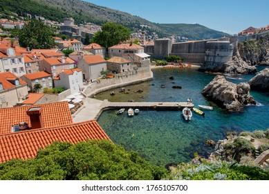 クロアチア、ドブロヴニクの古い町のキャッスルタワーからアドリア海を眺めるオレンジの屋根とオレンジの景色