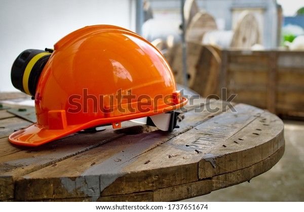 orange-safety-helmet-hardhat-on-600w-173