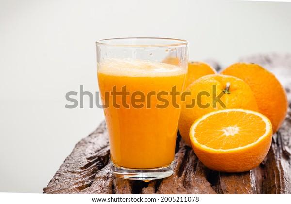 oranges-juice-on-rustic-wood-600w-200521
