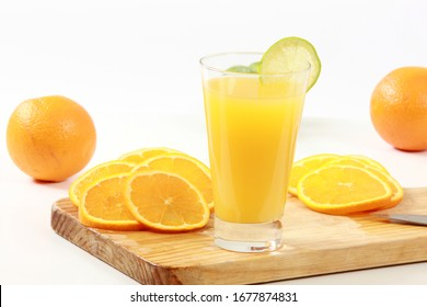 Oranges whole and sliced to eat and make refreshing juice
