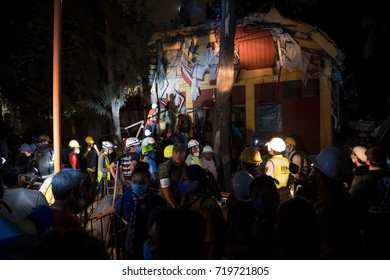 Ordinary people helping firefighters remove rubble and help finding missing persons. Mexican tragedy in the earthquake of september 2017.
