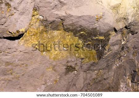 Gold And Copper : Ore lode inside gold copper underground stockfoto jetzt