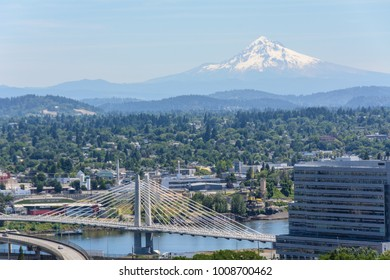Oregon main attractions - the Mount Hood and the city of Portland