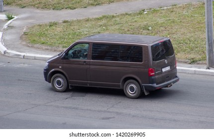 Volkswagen Caravelle Images, Stock Photos & Vectors