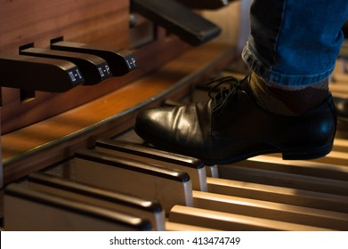 Organ playing with pedals