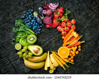 Organic fruits placed in circle